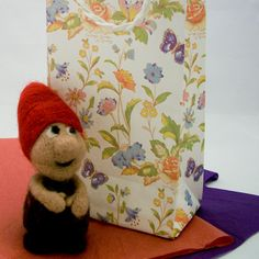 How to make decorative bag (at http://www.auntannie.com/BoxesBags/EasyBag/)