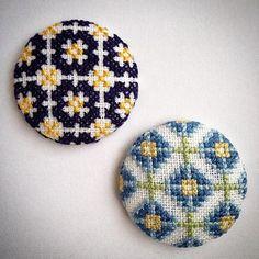 ブルー系でステッチ。#シオイチ も無事に終わり、反省もあり収穫もあり。まだまだ作りたいものたくさん♪さて、次へ向けて。p(^_^)q #クロスステッチ#刺繍#くるみボタン#ブローチ#お花