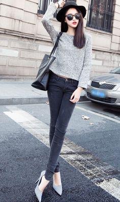 เสื้อแขนยาวสีเทากับกางเกงยีนส์สีสุภาพก็ดูเข้าท่าดี