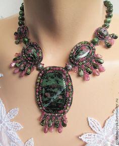 """Купить Колье и браслет """"Пора цветения"""", рубин в цоизите, турмалин - зеленый, рубиновый, розовый"""