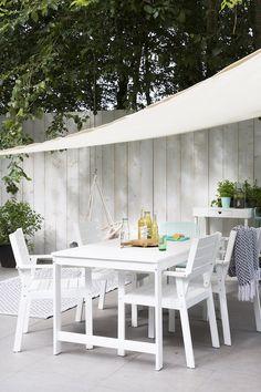 KARWEI | Met licht gekleurde tuinschermen en schuttingen, zorg je ook op de meest sombere dagen voor een zomers gevoel in je tuin.