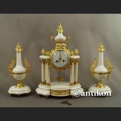 Kominkowy zegar portykowy z białego marmuru z przystawkami ok. 1900r