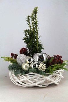 Kúpili len holý kruh z prútia za pár drobných: Keď uvidíte tie úžasné … Christmas Flower Arrangements, Christmas Table Centerpieces, Christmas Flowers, Christmas Tablescapes, Christmas Candles, Noel Christmas, Xmas Decorations, Christmas Crafts, Christmas Ornaments