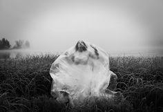 La photographe Maren Klemp explore son trouble bipolaire dans des auto-portraits - http://www.2tout2rien.fr/la-photographe-maren-klemp-explore-son-trouble-bipolaire-dans-des-auto-portraits/