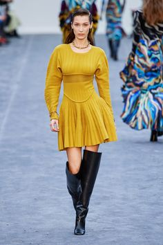 Roberto Cavalli Fall 2019 Ready-to-Wear Fashion Show Collection: See the complete Roberto Cavalli Fall 2019 Ready-to-Wear collection. Look 4 Milan Fashion Weeks, Fashion 2020, Daily Fashion, Runway Fashion, High Fashion, Mens Fashion, Fashion Trends, Fashion Outfits, Roberto Cavalli