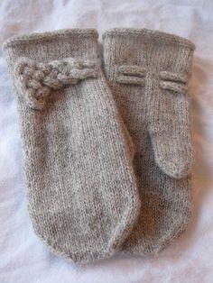 Mors du Cheval Mittens by Lanja Sámsdóttir FREE knitting pattern. Very simple plain mittens embellished with a Mors du Cheval knot (hva) Crochet Mittens, Mittens Pattern, Knit Or Crochet, Knitted Hats, Fingerless Mittens, Crochet Granny, Loom Knitting, Knitting Patterns Free, Free Knitting