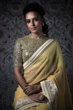 Looking for designer blouse images? Hear are latest trendy blouse models that you can wear with any saree of your choice. Indian Attire, Indian Ethnic Wear, Indian Style, Indian Dresses, Indian Outfits, Indian Clothes, Desi Clothes, Blouse Models, Saree Blouse Designs