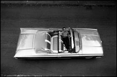 Photo © Bob Henriques/Magnum Photos  USA. 1959. Dave BRUBECK in a convertible as seen from above.