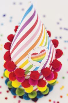 Adorna los gorros para la fiesta con borlas / Decorate the party hats with ribbon pompoms