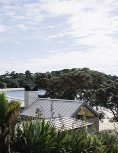 This Waiheke holiday home creates a balance between public and private living. John Irving of Studio John Irving discusses the inspiration for the design