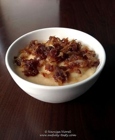 Mashed bean served with caramelized onion. Romanian Food, Food Obsession, Caramelized Onions, Oatmeal, Tasty, Cooking, Breakfast, Foods, Traditional
