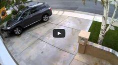 سائق تويوتا هايلاندر يصطدم بمدخل منزله عدة مرات بطريقة جنونية!