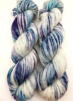 Teint à la main fil bleu turquoise bleu marine rose Violet moucheté laine violet en Nylon chaussette Fine doigté Superwash 465yds 100g « Blurple »