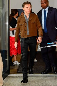 Best Dressed Men Of The Week Swinging back onto our screens in Spider-Man Far From Home, Tom Holland rocked a Hedi Slimane cropped aviator jacket on the streets of NYC Capsule Wardrobe Work, Men's Wardrobe, Aviator Jackets, Best Dressed Man, Business Casual Outfits, Famous Men, Tom Holland, Mens Suits, Sport