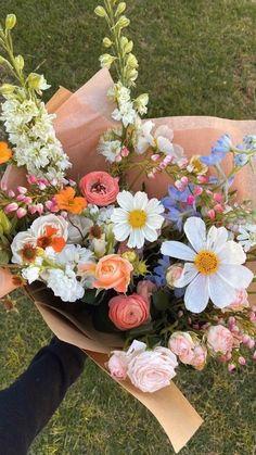 Nature Aesthetic, Flower Aesthetic, My Flower, Pretty Flowers, Jolie Photo, Floral Arrangements, Flower Arrangement, Wedding Flowers, Bouquet Of Flowers