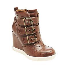 Cada vez son mas raros quien habra inventado estos zapatos entre bota y tenis? :-/