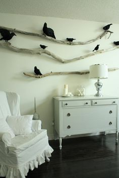 Isabella Max Rooms: Halloween Decor: Simple Chic branches and ravens Chic Halloween Decor, Casa Halloween, Holidays Halloween, Halloween Crafts, Halloween Decorations, Rustic Halloween, Halloween Clothes, Pretty Halloween, Halloween Displays