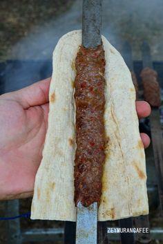 Adana Kebap Tarifi Malzemeler:Adana kebabı tarifi 1 kilo kıyma(sırt eti veya kaburga eti) 200 gram kuyruk yağı 1 yemek kaşığı tuz(tepeleme değil) 1 avuç pul biber 1 tatlı kaşığı karabiber 1 soğan rendesi(suyu sıkılmış)