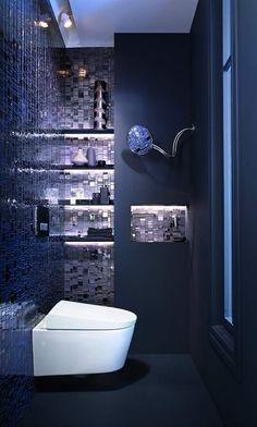 Elegantes dunkleblaues Bad mit glänzenden Mosaikfliesen
