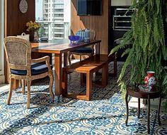 Aconchego na varanda O ladrilho hidráulico – revestimento resistente - tem desenhos típicos dos azulejos portugueses, em branco, amarelo e a...