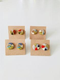ビーズと刺繍糸で模様を作りピアスにしました。糸の組み合わせがとても可愛い作品です。どれも同じ物がない作品ですので、各色1点ずつとなっております。大きさは約2〜3㎝丸花のピアスと同じぐらいの大きさです。 Beaded Earrings Patterns, Beaded Brooch, Diy Earrings, Fabric Necklace, Fabric Jewelry, Bead Embroidery Jewelry, Beaded Embroidery, Jewelry Crafts, Handmade Jewelry