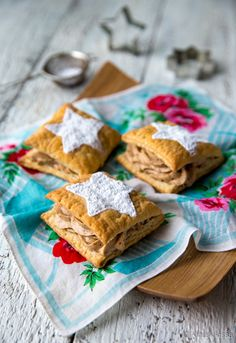 Joulutaskut / Christmas pockets with vanilla cream cheese and plum marmalade. Vanilla Cream, Marmalade, A Food, Xmas, Bread, Cheese, Cookies, Ethnic Recipes, Desserts