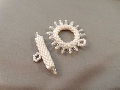 Free beading tutorial: How to Make Your Own Peyote Stitch Toggle Clasp