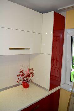 Mobila Bucatarie cu Usi din MDF Vopsit NCS S 3560-Y90R Rosu-Bordo cu RAL 1013 Crem Deschis Lucios Masca Centrala Decor, Interior, Home, Stairs, Kitchen Design