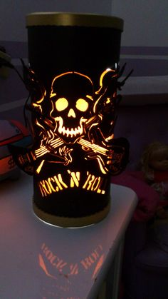 "Luminária Caveira Rock 'N ""roll em PVC 150mm"