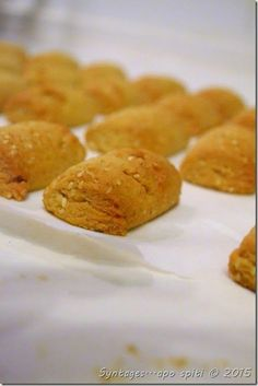 Syntages...apo spiti: Νηστίσιμα μπισκότα κανέλας Greek Sweets, Greek Desserts, Greek Recipes, Vegan Desserts, My Recipes, Cooking Recipes, Favorite Recipes, Meals Without Meat, Cinnamon Biscuits