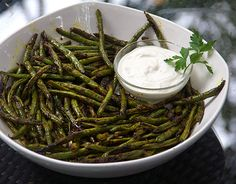 Indonesian Grilled Green Beans with Lemon Aioli dipping sauce. Toss beans with a simple spice mix and grill, for a delicious, fun, healthy appetizer! Grilled Green Beans, Lemon Green Beans, Grilled Fish, Side Dish Recipes, Vegetable Recipes, Veggie Food, Healthy Appetizers, Healthy Recipes, Vegetarian Recipes