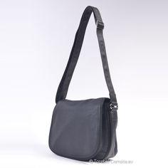 c8499cb481186 Czarna torebka David Jones - listonoszka z klapą, szerokim, długim paskiem  do noszenia na