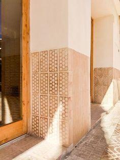 Terracotta reinterpreted - apartments on Mallorca by TEd'A arquitectes, . Terracotta reinterpreted – apartments on Mallorca by TEd'A arquitectes, Brick Architecture, Architecture Details, Interior Architecture, Interior And Exterior, Interior Design, Architecture Websites, Classical Architecture, Ancient Architecture, Sustainable Architecture