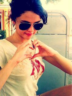 Selena Gomez wearing a Harry Potter shirt! Selena Selena, Selena Gomez Foto, Estilo Selena Gomez, Selena Gomez Style, Alex Russo, Marie Gomez, Hollywood Celebrities, Hollywood Stars, Celebrity Gossip