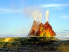 Pestrobarevný gejzír chrlí vodu nepřetržitě.