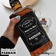 WeddingTouch vous propose de rendre cette demande en parrain encore plus originale à l'aide de cette étiquette à coller sur une bouteille ! Idéal (cf photos) : Whisky Jack Daniel's old 7 Vous pouvez également la coller sur le support de votre choix (se présente sous forme d'autocollant).