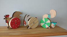 Oficina gandaiá, bichos com roda. Brinquedo de madeira Planter Pots, Game, Wooden Toy Plans, Wood Art, Log Projects, Venison, Games, Plant Pots