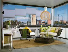 Lasitettu parveke on viihtyisä pieni olohuone sohvineen ja tekstiileineen