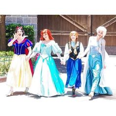 Anna and Elsa the sisters with Ariel and Snow-White Anna Disney, Disney Pics, Disney Day, Disney Stuff, Disney Magic, Disney Movies, Walt Disney, Disney World Princess, Disney World Characters
