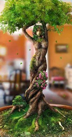 Femme sculptée dans un tronc d'arbre, ses bras forment les branches. Très beau.