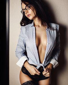Столько я очков уже прорекламировала, а сама при очень плохом зрении и не носила) но теперь и я очкарикно почему мужчина в очках выглядит интеллигентно, а девушка не совсем нет-нет, я не конкретно про это фото я могу и одеться