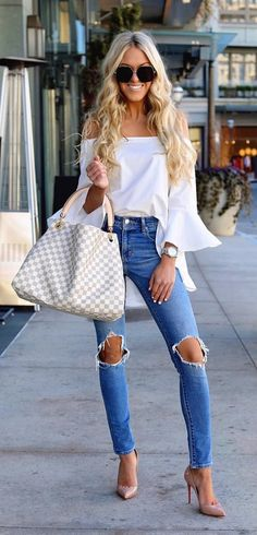 #spring #outfits woman holding damier azur Louis Vuitton leather tote bag. Pic by @macystucke