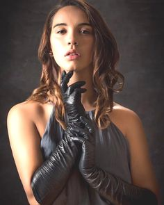Gloves And Boots! Elegant Gloves, Gloves Fashion, Rubber Gloves, Black Leather Gloves, Good Looking Women, Long Gloves, Models Makeup, Gothic Outfits, Sexy Jeans