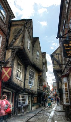medival quarter known as the Shambles is popular among tourists; Photo by Nellie Windmill - /photos/nelliewindmill. Vila Medieval, Medieval Village, Chateau Medieval, Medieval Houses, Medieval Fantasy, Architecture Old, Historical Architecture, York England, York Uk