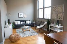 Chicago appartement et salon noir et blanc, décoration épurée et minimaliste pouf en rotin tapis kilim mur gris peinture interieur N&B BW lumineux design déco