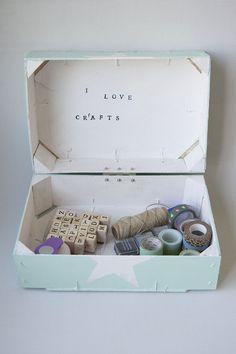 Oro y Menta: Caja con tapa con dos cajas de fresas recicladas                                                                                                                                                      Más Easy Diy Crafts, Diy Arts And Crafts, Crafts For Kids, Crate Crafts, Fruit Box, Diy Box, Craft Materials, Diy Gifts, Decoupage