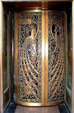 Maravilhosa porta para uma antiga joalheria em Chicago, Illinois, USA. Observe os pavões que decoram a mesma.