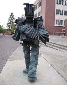 Postać z książek autorstwa Terry'ego Allena przed Biblioteką Hollanda na terenie campusu Uniwersytetu Stanu Waszyngton (USA).