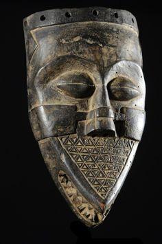 Les Bashilele sont souvent assimilés aux Kuba. Leurs masques sont très peu courants. Pour la plupart ils sont d'une forme assez plate avec des yeux très bridés, et une petite bouche. Difficile d'en décrire la fonction car ils sont peu documentés. Cette pièce est entrée en europe dans les années 50, le style est splendide, le thème peu vu avec cette bouche dentue.