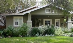 Exterior Paint Colors and Its Impression : California Bungalow. A beautiful california bungalow in a historic neighborhood. Craftsman Bungalows, House Color Schemes, House Exterior, House Styles, House Painting, House Paint Exterior, Craftsman Style Homes